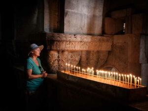 Ставим восковую свечу в храме