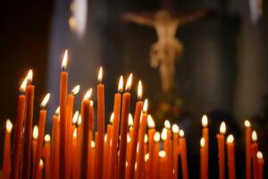 Восковые свечи в храме